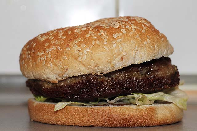 Hamburguesa de ternera con bacon picado
